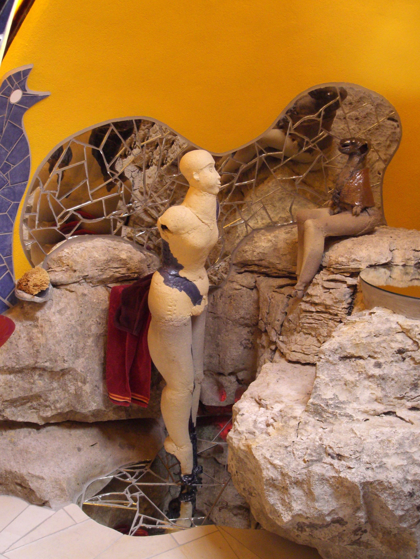 """""""Maison Unal"""", salle de bains avec """"Diane et Actéon"""", sculptures de Martine Diersé (2007)."""