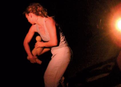 """Delphine Pouilly dans """"Lecture froissée"""", 2004."""
