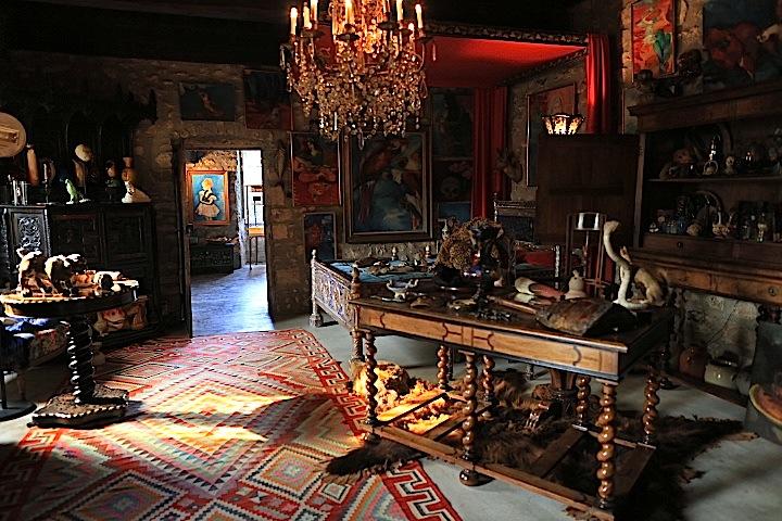 Cabinet de curiosités au premier étage.