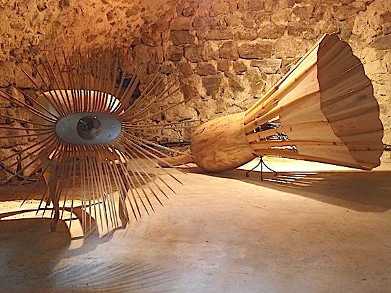 """Sylvie Klein, """"L'Oeillet"""" et """"Le Volant"""", sculptures sur bois, 2013."""
