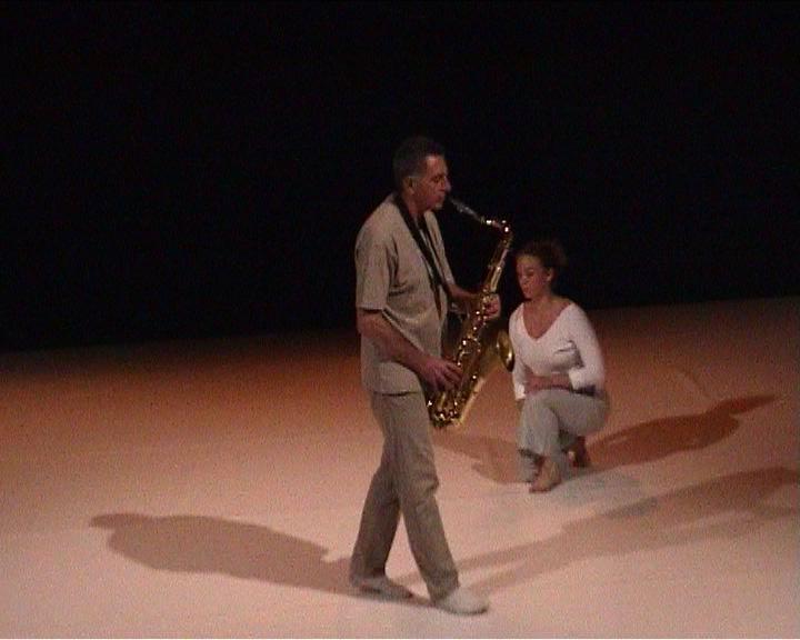"""Jean Cohen (saxophone), Delphine Pouilly (danse), """"Lecture froissée"""", création, 2004."""